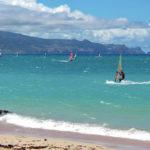 Practicando windsurf en Hawaii