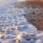 La espuma de las olas del mar